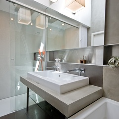 sliding glass doors to the shower